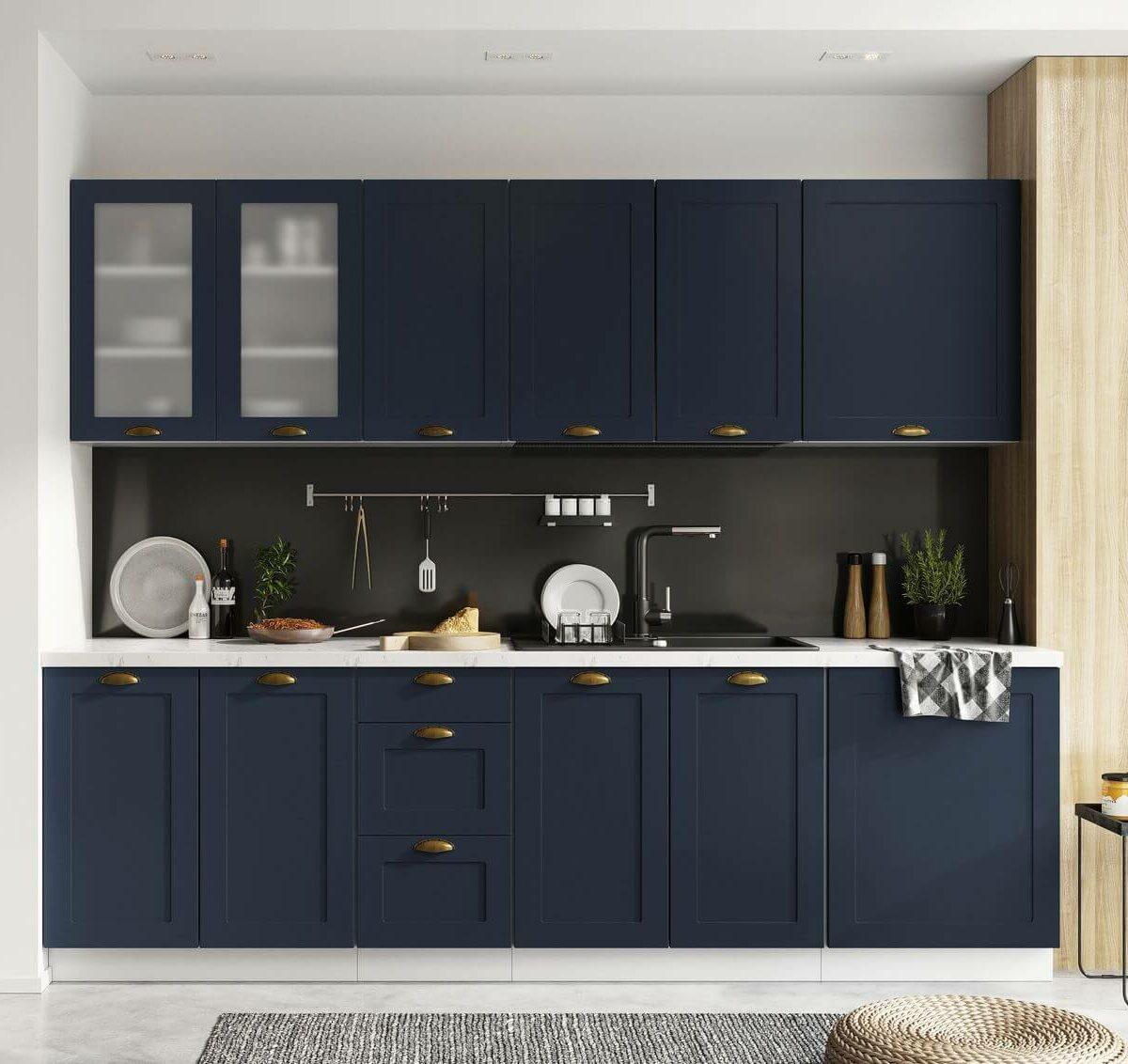 meuble de cuisine bleu marine foncée poignée doré laiton crédence murale grise anthracite
