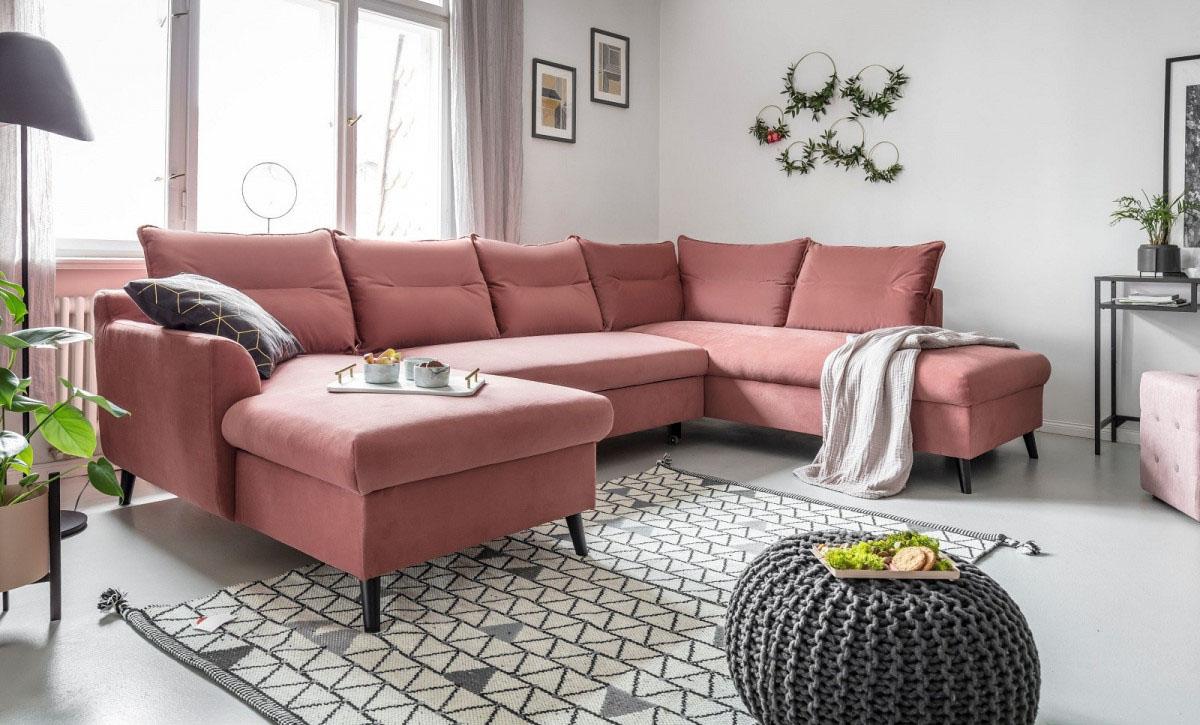 tapis salon motifs gris canapé angle rose velours