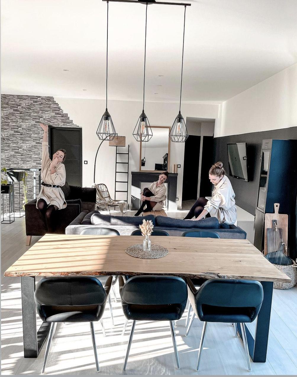 salon de home-by-charline avec table en bois et canapé seattle