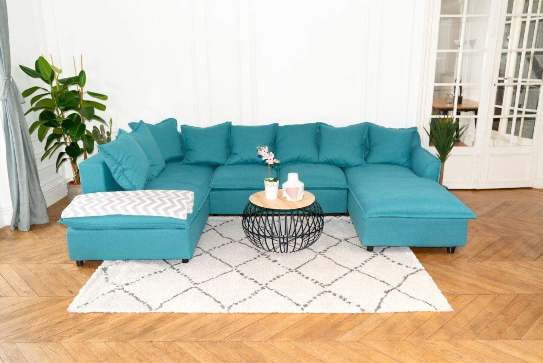 canape panoramique bleu canard bobochic avec tapis berbere gris et blanc