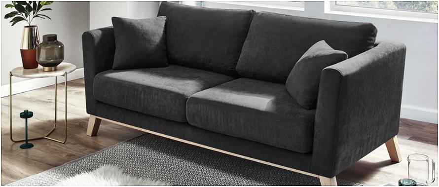 Apprenez comment nettoyer des taches tenaces, afin de protéger votre canapé en tissu. Surtout s'il est foncé.