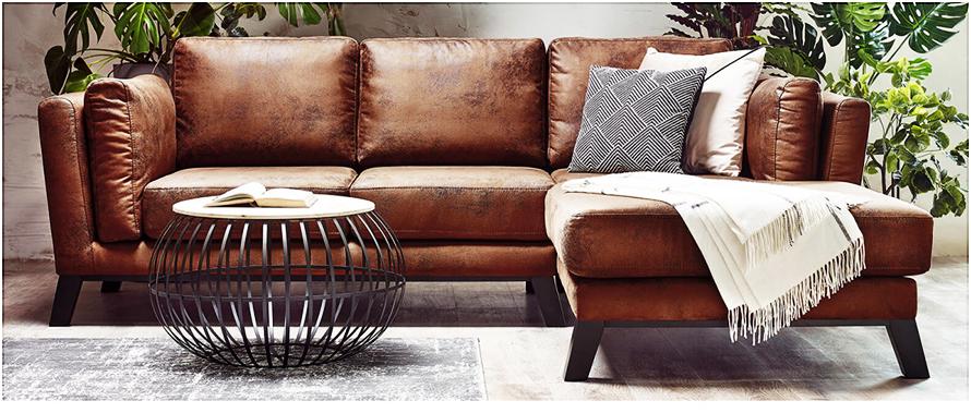 Nettoyer des taches tenaces sur un canapé en similicuir.
