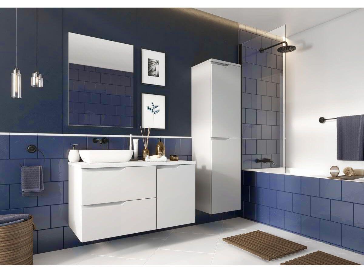 salle de bain bleue blanche baignoire carrelage métro